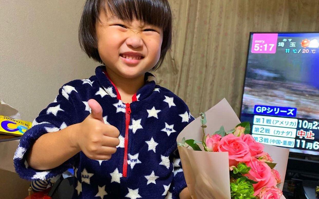 Bé Sa xuất hiện với hình ảnh đã lớn, chững chạc như mỹ nam ôm hoa tặng mẹ Quỳnh Trần JP nhân ngày 20/10