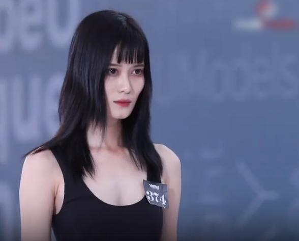 """Vietnam's Next Top Model: Gái xinh Bến Tre ngáo ngơ đi thi người mẫu, Nam Trung thảng thốt """"đĩa bay của em ở đâu?"""" - Ảnh 1."""