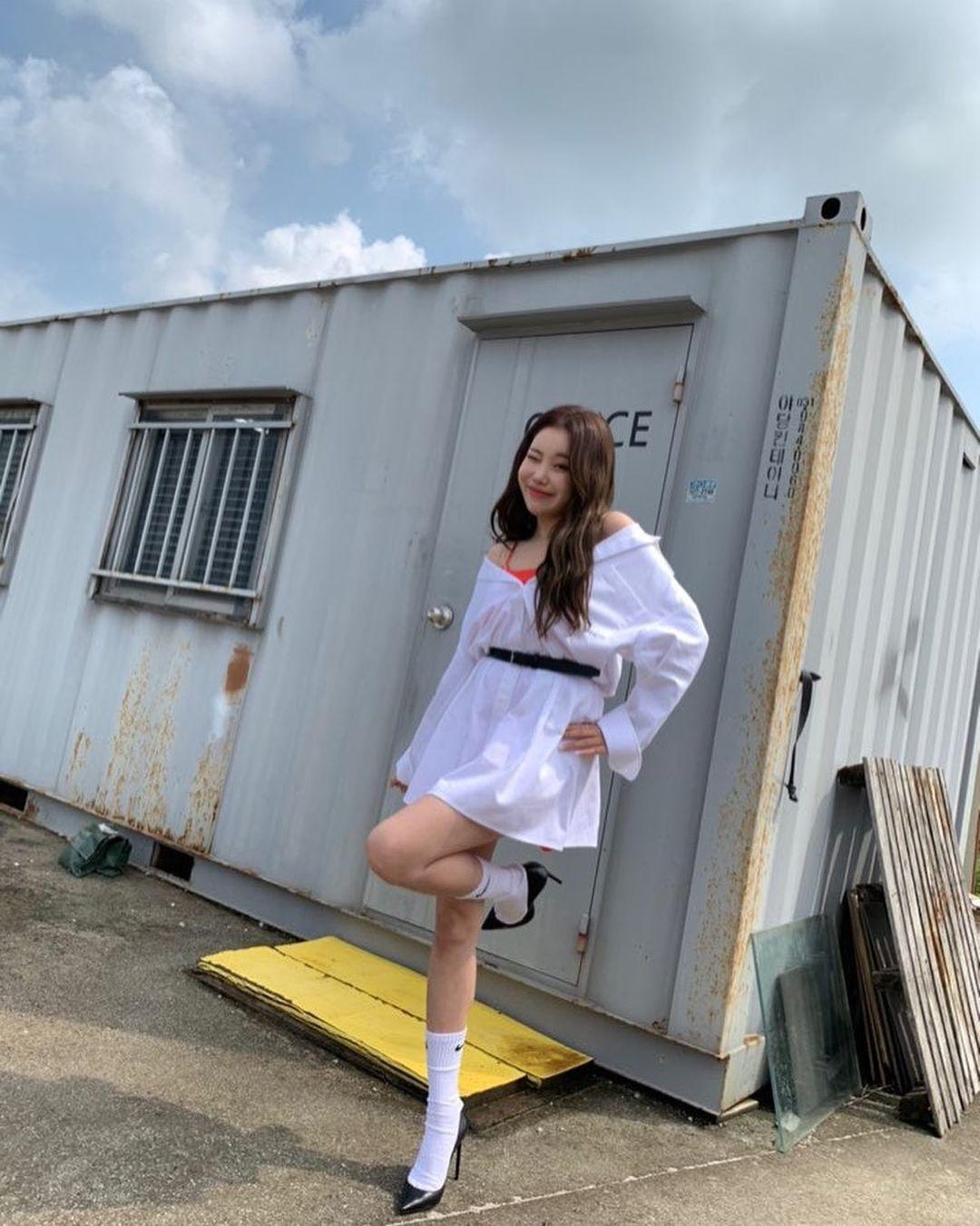 """Đụng hàng với Jennie, """"idol xấu nhất lịch sử"""" JooE sợ hở diện thêm """"phụ tùng"""" sến và kém sang hơn hẳn - Ảnh 4."""