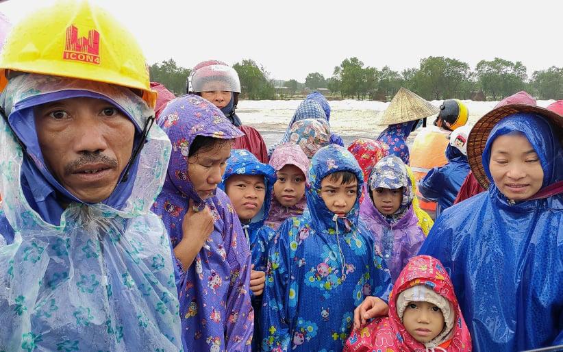 Quảng Bình: Nhà ngập sâu trong trận lũ lịch sử, người lớn, trẻ nhỏ đội mưa vượt hơn 1km băng đồi cát ra quốc lộ xin cứu trợ