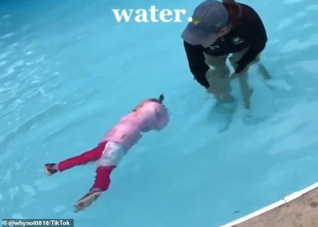 """Dạy trẻ học bơi theo cách """"nhẫn tâm"""", phương pháp khiến cư dân mạng tranh cãi kịch liệt - Ảnh 2."""