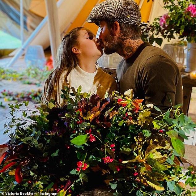 Tiếp tục gây xôn xao dư luận khi hôn môi dù bé Harper đã lên 9, David Beckham bị dân mạng chỉ trích yêu cầu ngừng hành động này - Ảnh 1.