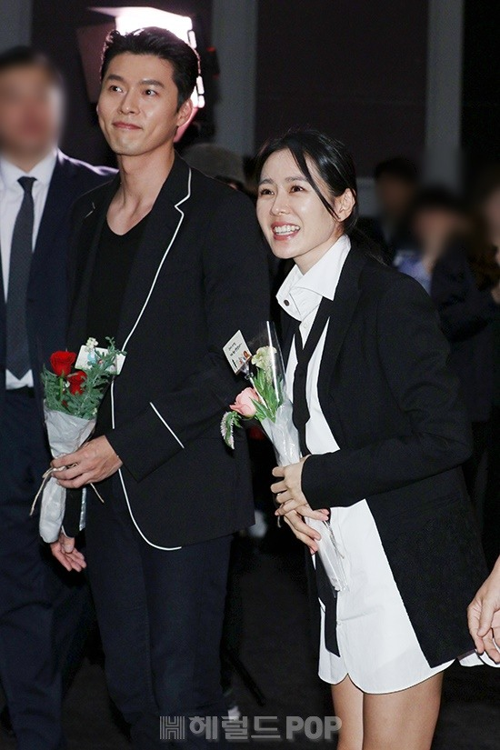 """Hyun Bin bị soi """"bàn tay hư hỏng"""", chủ động ôm Son Ye Jin, còn không cho """"chị đẹp"""" đụng chạm đồng nghiệp - Ảnh 4."""