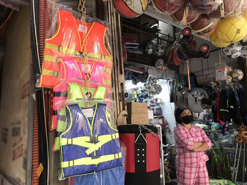 """Hà Nội: Áo phao cứu sinh """"cháy hàng"""", khách muốn đặt mua số lượng lớn vẫn phải """"xếp hàng"""" đợi vài ngày - Ảnh 2."""