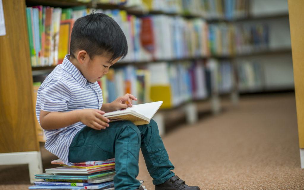 Con lớn lên cứ đụng tới sách là sợ, nguyên nhân vì hành động sai lầm này của mẹ từ khi còn nhỏ