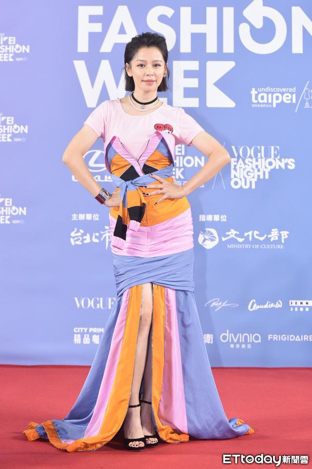 """2 nữ thần thanh xuân gây thất vọng tại Tuần lễ thời trang Đài Bắc 2020: Nàng đơ như """"robot"""", nàng dìm dáng thậm tệ với bộ đầm """"chằng chịt"""" - Ảnh 3."""