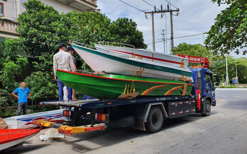 Hơn 50 chiếc ca nô, xuồng máy được các mạnh thường quân ủng hộ từ Quảng Ninh đã vào tới miền Trung, sẵn sàng cứu trợ người dân vùng lũ