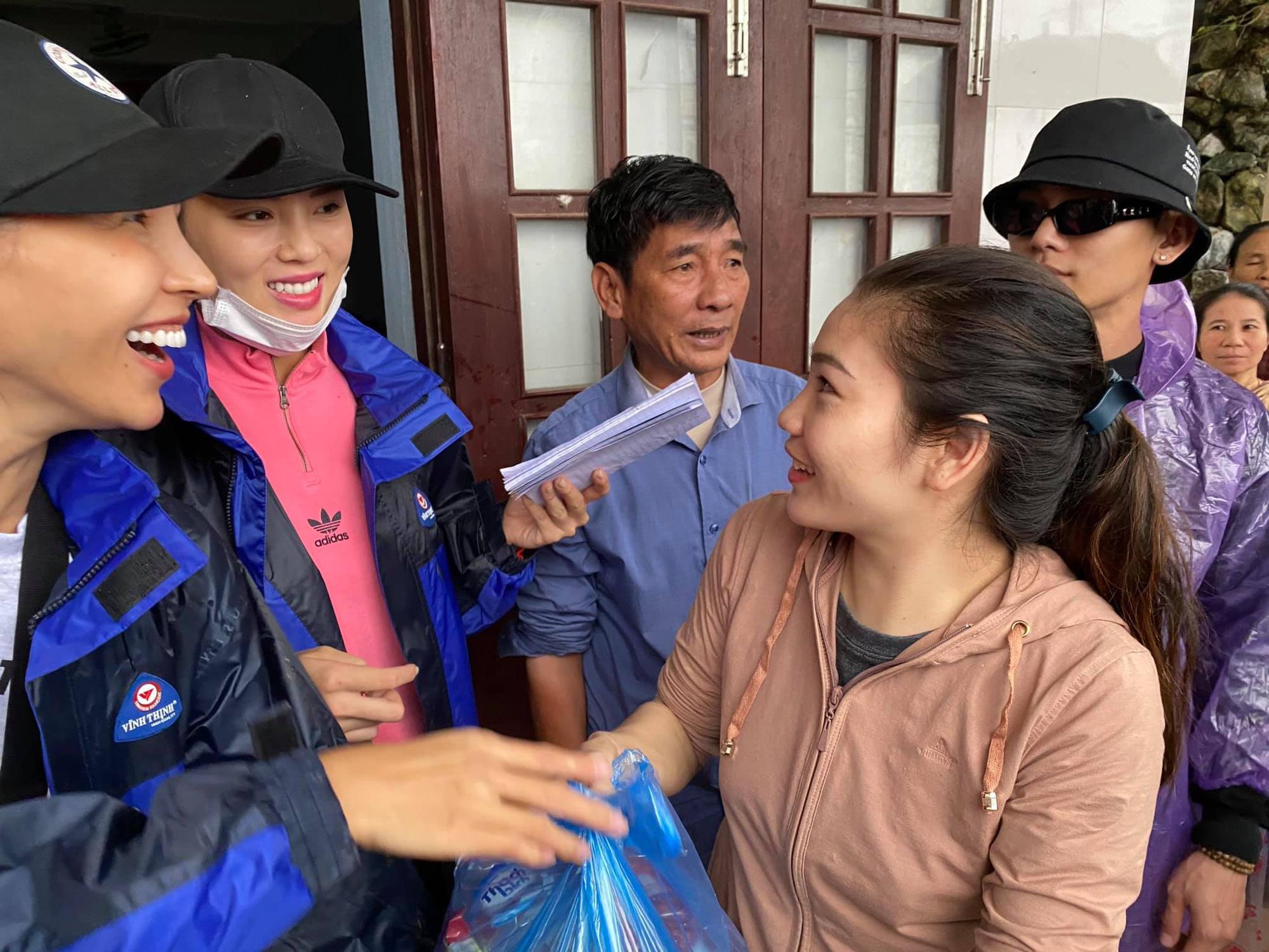 1500 suất hàng Hoa hậu Kỳ Duyên - Minh Triệu mang đi cứu trợ miền Trung bị nước tràn vào làm hỏng gần hết - Ảnh 3.