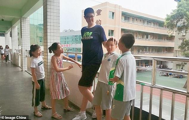 """3 tuổi đã cao 1,60 mét, tròn 14 tuổi bé trai """"lênh khênh"""" đến mức khiến nhiều người choáng váng - Ảnh 2."""