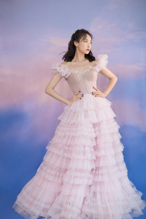 Nữ thần Kim Ưng Tống Thiến cùng chọn thương hiệu váy giống Phạm Băng Băng: Người xinh như tiên tử, người mặc lên nhìn như hàng chợ  - Ảnh 4.