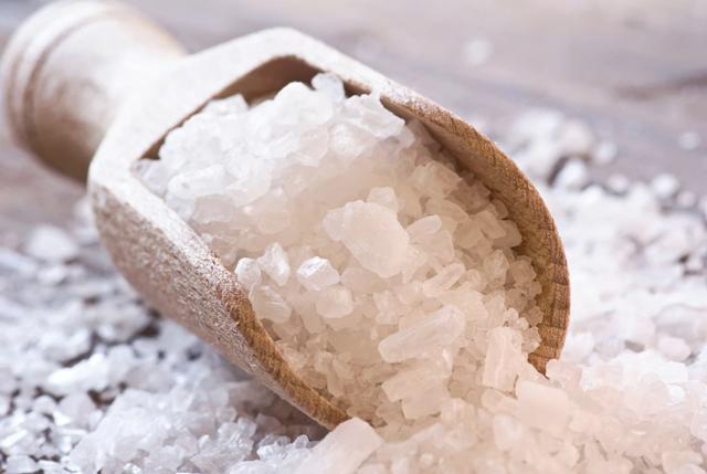 Mỗi tối đi ngủ đều đặt bát muối ở vị trí này trong nhà, sáng hôm sau bạn chắc chắn sẽ bất ngờ khi thấy cơ thể thay đổi tích cực - Ảnh 2.