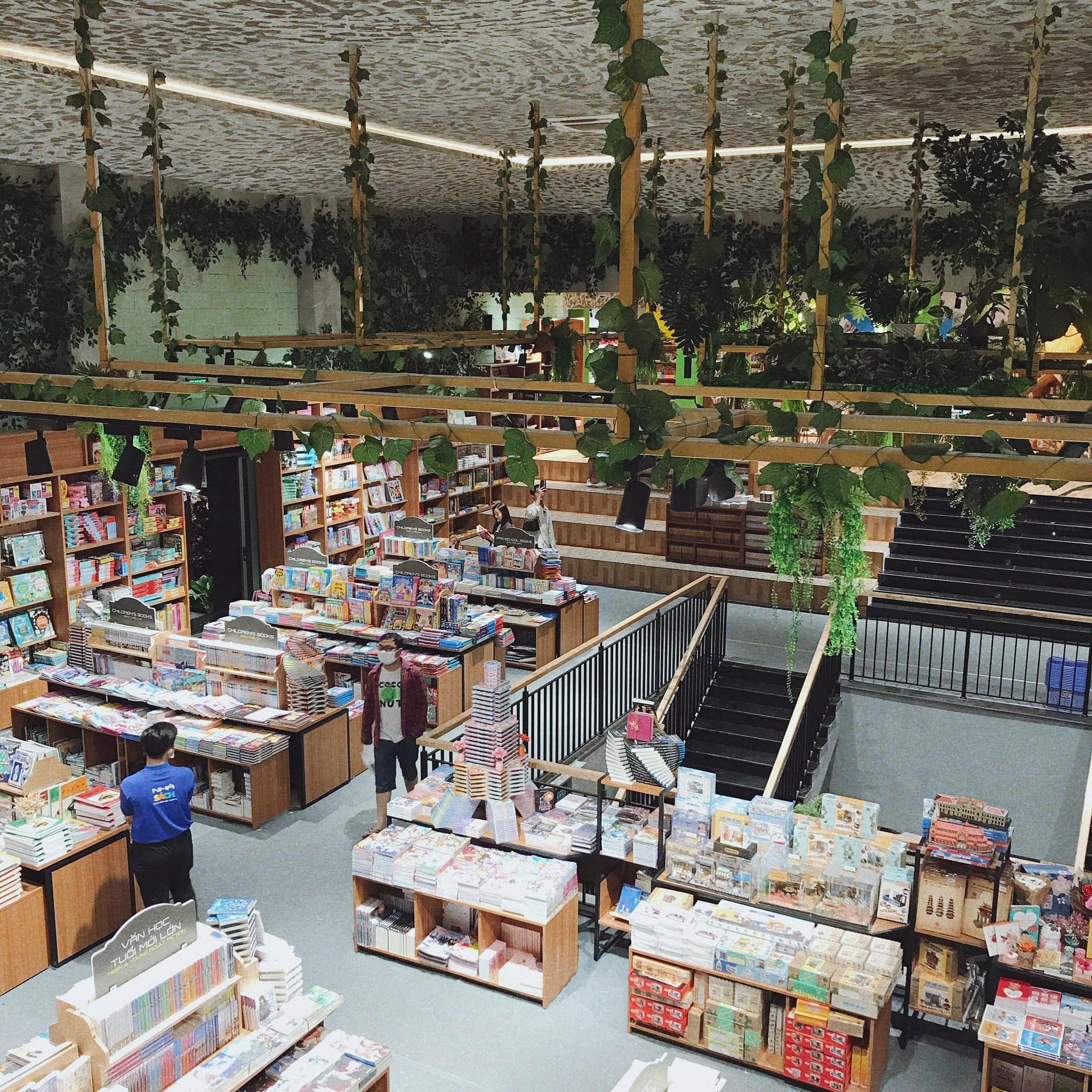 """Ghé thăm nơi được giới trẻ mệnh danh là """"nhà sách đẹp nhất Sài Gòn"""", rộng thênh thang với những góc xanh mát xinh xắn đáng ngạc nhiên - Ảnh 3."""
