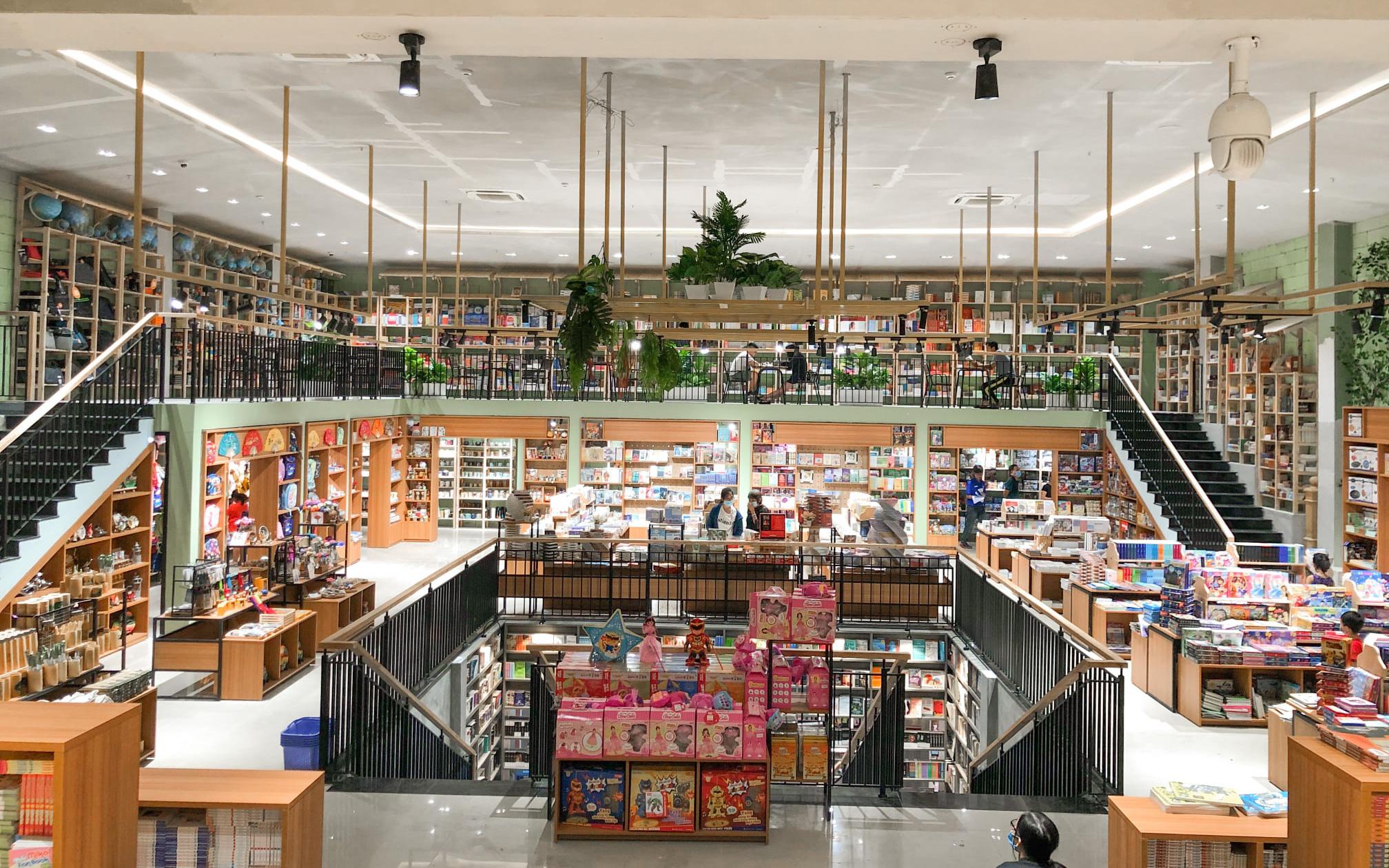 Nhà sách xịn và rộng như mê cung ở Sài Gòn đang gây sốt khắp cộng đồng mạng, có chỗ ngồi đọc và sống ảo suốt cả ngày không hết