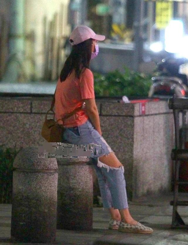 Lâm Tâm Như và Hoắc Kiến Hoa cãi nhau nảy lửa trên đường, vợ ngồi thụp xuống khóc lóc chồng thì bỏ đi một mình - Ảnh 3.