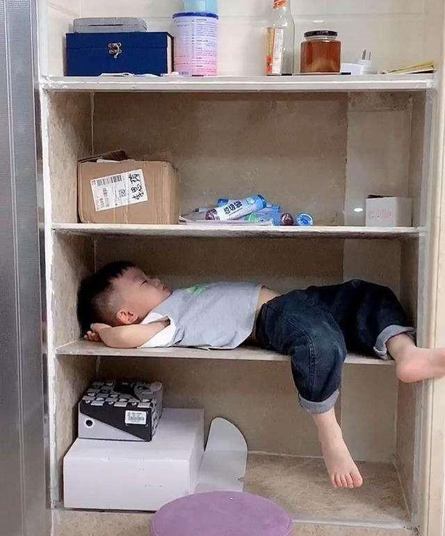 """Đi làm về mỗi hôm thấy con trai lại nằm ngủ 1 chỗ khác nhau, biết được lí do bà mẹ cười """"rớt hàm"""" - Ảnh 3."""