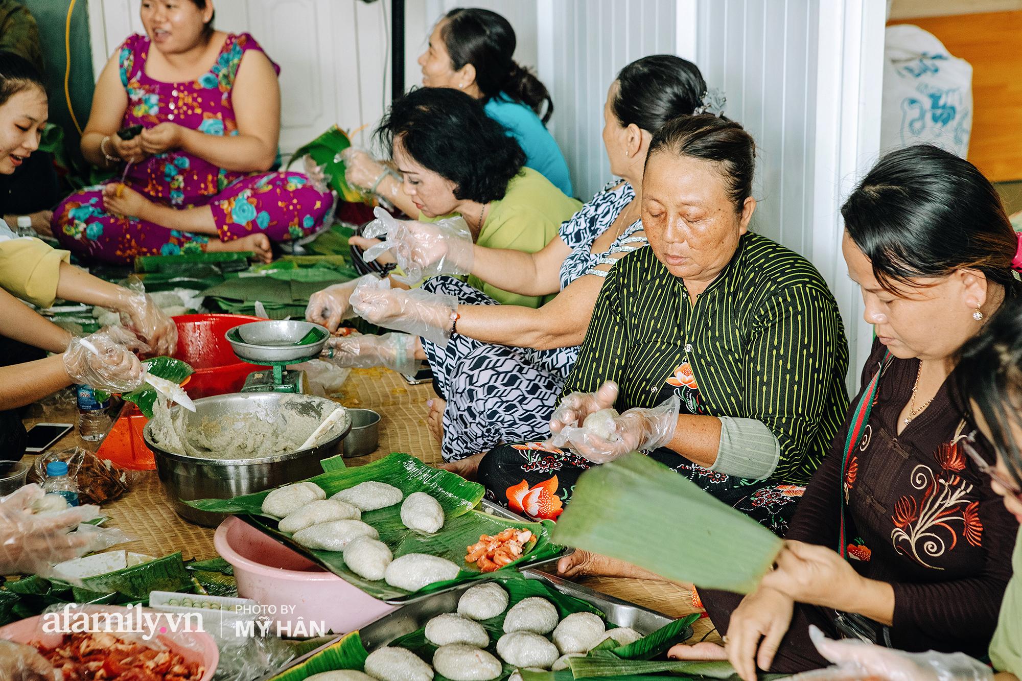 """Người miền Tây tự sáng tạo loại bánh mới có thể tích trữ được nhiều ngày để gửi về miền Trung, mới 12 tiếng đã """"thần tốc"""" gói 5.000 chiếc! - Ảnh 1."""