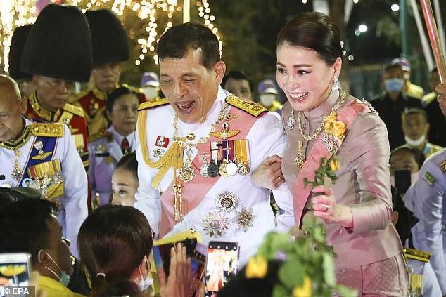 Hoàng hậu Thái Lan ngày một tỏa sáng, thể hiện tình cảm gắn bó với nhà vua trong khi Hoàng quý phi vắng bóng - Ảnh 1.