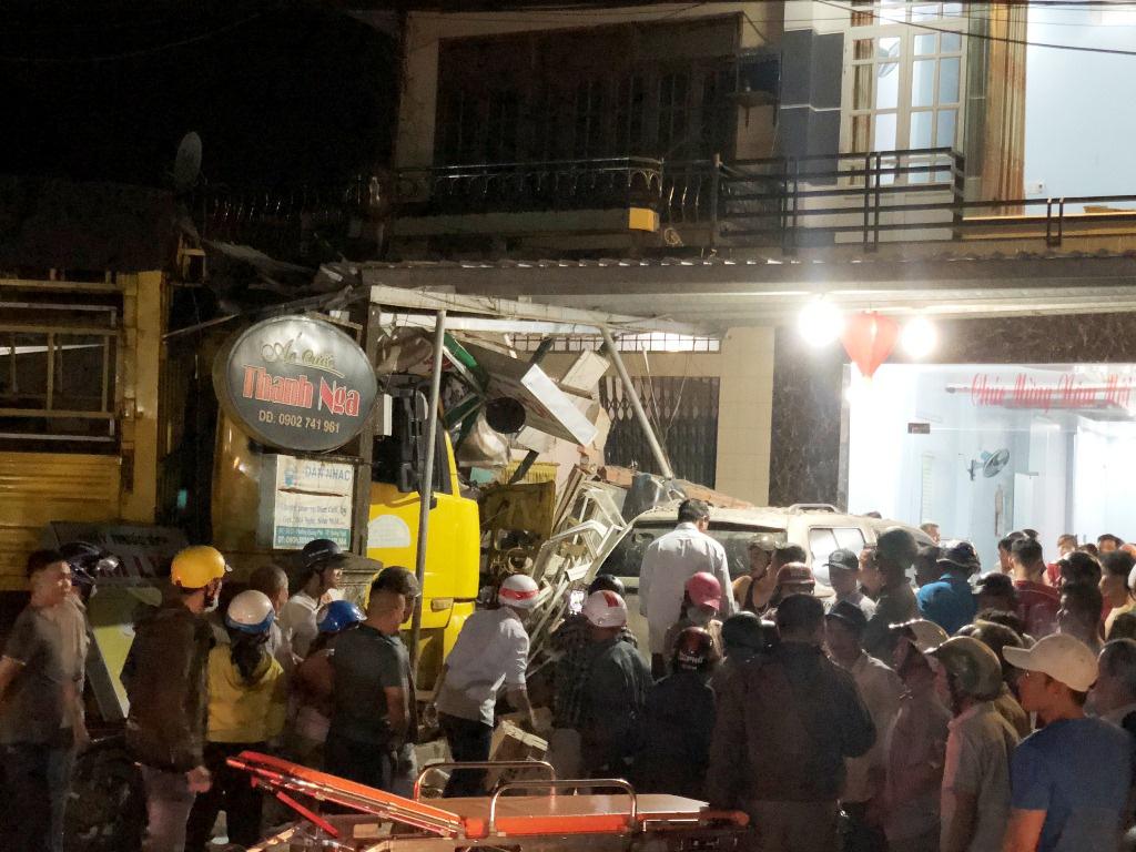 Ô tô tải nổ lốp khiến mất lái tông vào 4 nhà dân, làm 2 người chết 4 bị thương  - Ảnh 4.