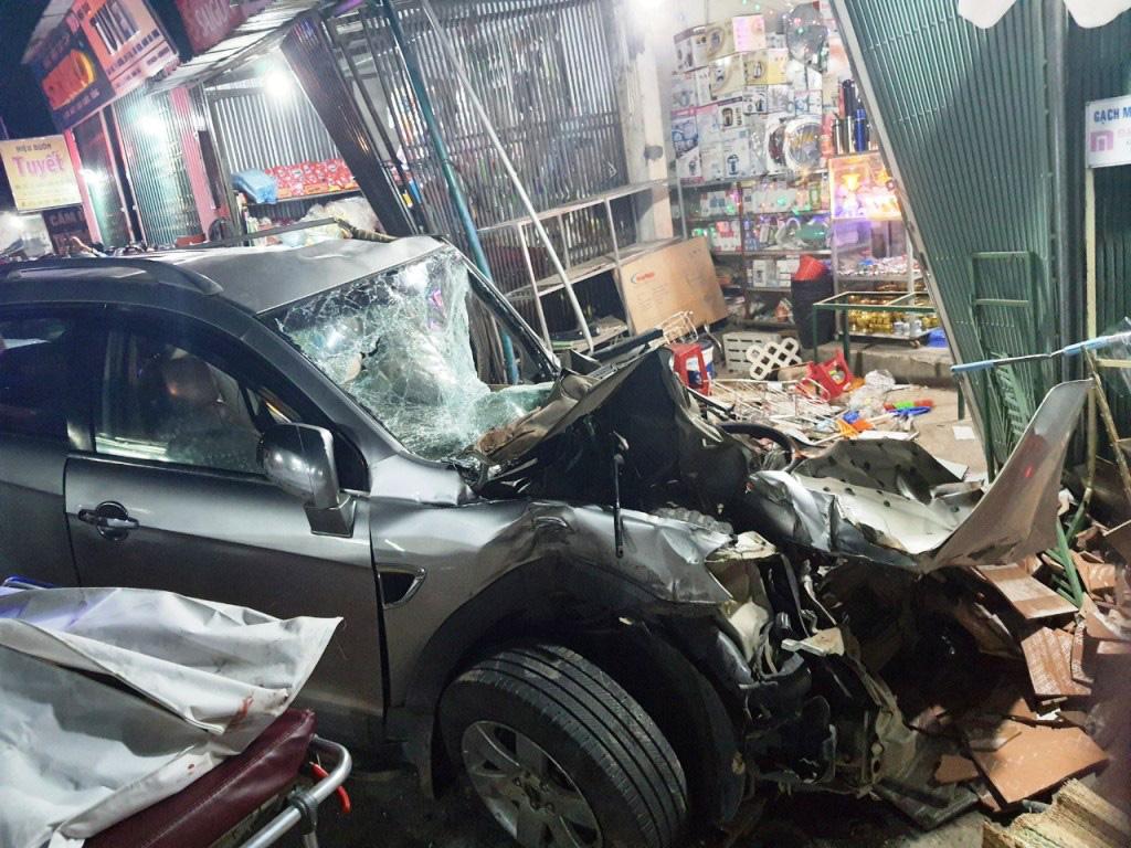 Ô tô tải nổ lốp khiến mất lái tông vào 4 nhà dân, làm 2 người chết 4 bị thương  - Ảnh 3.