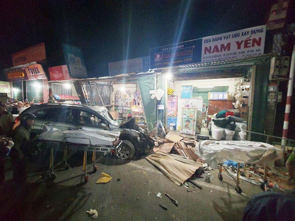 Ô tô tải nổ lốp khiến mất lái tông vào 4 nhà dân, làm 2 người chết 4 bị thương  - Ảnh 2.