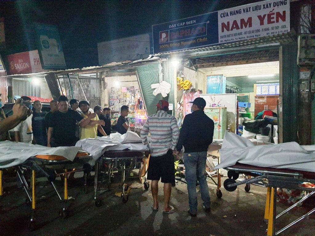 Ô tô tải nổ lốp khiến mất lái tông vào 4 nhà dân, làm 2 người chết 4 bị thương  - Ảnh 1.