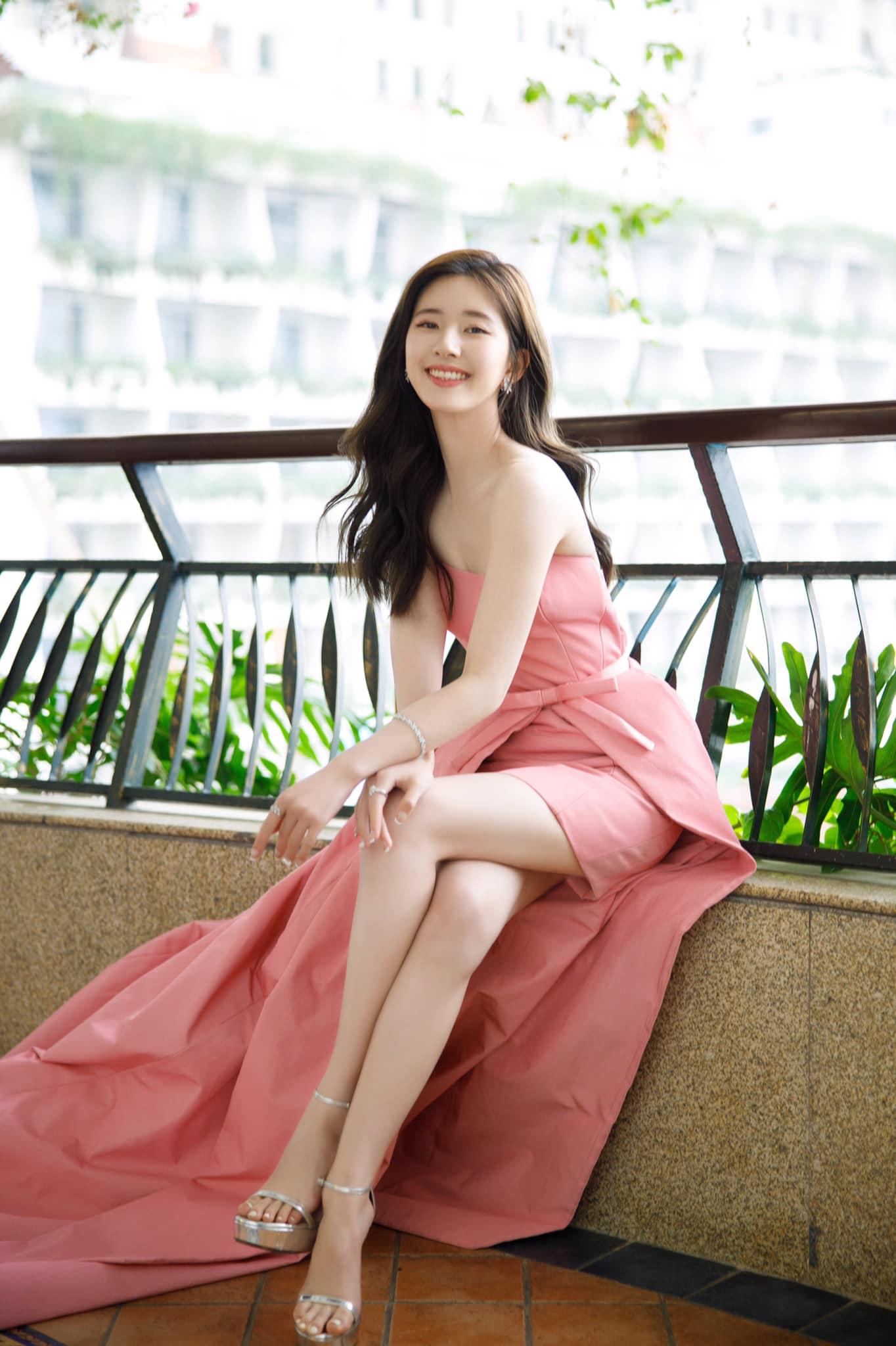 """3 sự cố váy áo hi hữu trên thảm đỏ Elle Style Awards 2020: Trương Gia Nghê rơi luôn khuyên tai, chị đẹp """"30 Chưa Phải Là Hết"""" giẫm cả chân lên váy - Ảnh 6."""