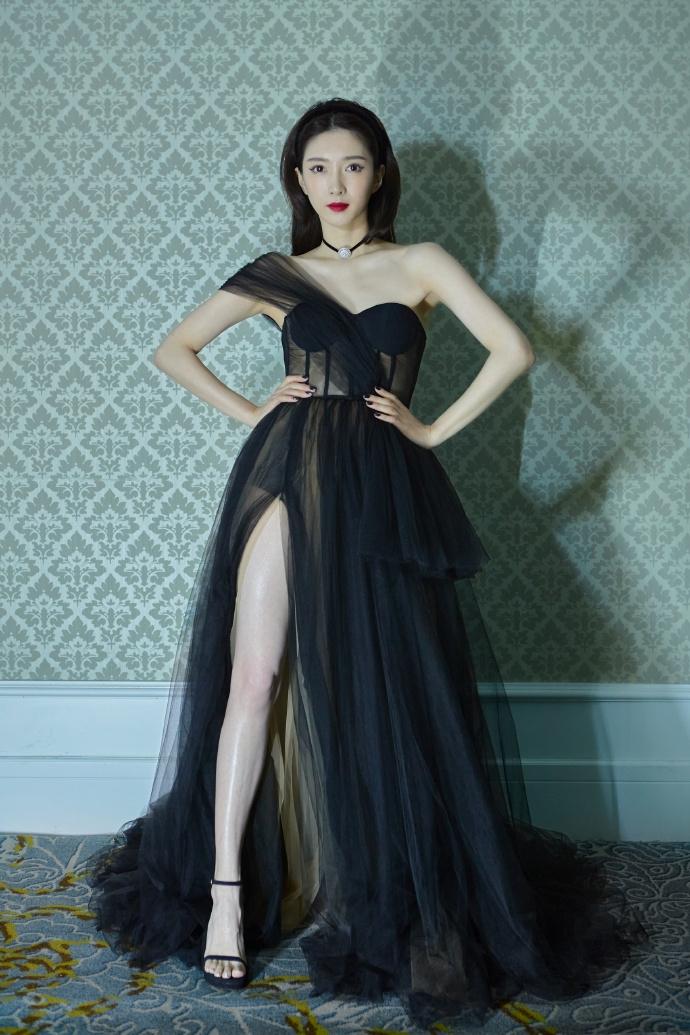 """3 sự cố váy áo hi hữu trên thảm đỏ Elle Style Awards 2020: Trương Gia Nghê rơi luôn khuyên tai, chị đẹp """"30 Chưa Phải Là Hết"""" giẫm cả chân lên váy - Ảnh 4."""