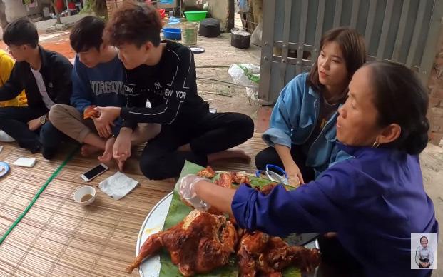 """Nghi vấn Bà Tân Vlog tiếp tục """"cài cắm"""" đàn cháu vào mâm để khen đồ ăn ngon, ai ngờ phút cuối bà lại được minh oan nhờ hình ảnh bất ngờ"""