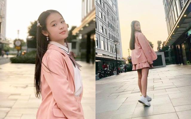 Tiểu Hoa khôi Tây Đô bây giờ đã làm cả MC sự kiện, nhìn vóc dáng và cách chọn quần áo trưởng thành dù mới 12 tuổi của bé mà ai cũng bất ngờ