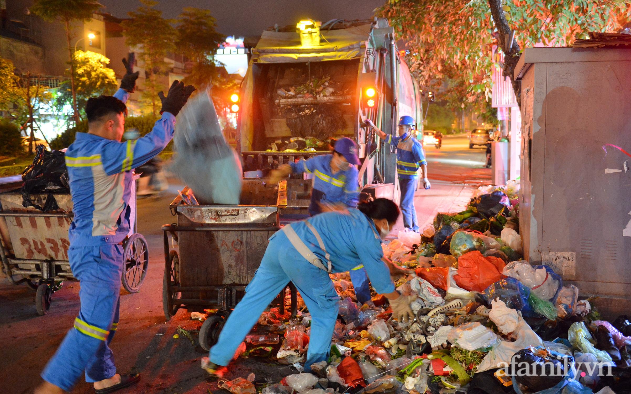 """Hà Nội: Dân lại chặn xe vào bãi rác Nam Sơn, khu vực trung tâm ngập trong """"biển rác"""" bốc mùi hôi thối"""