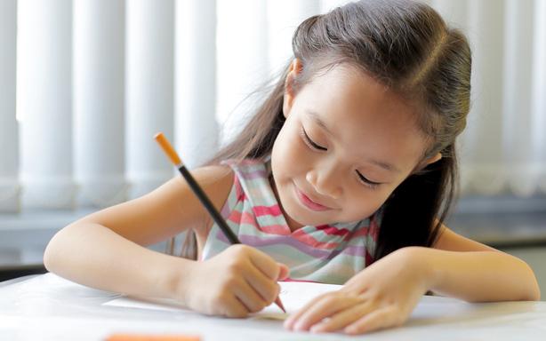Con học lớp 1 viết chữ siêu chậm và hay sai, mẹ chỉ cần bỏ đi vật dụng đơn giản này là mọi chuyện thay đổi luôn 180 độ