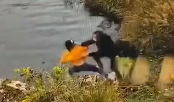 Bất ngờ ngã xuống hồ khi đang cột dây giày, người phụ nữ níu theo bạn thân khiến cả 2 chết thảm, chân tướng đằng sau khiến ai cũng khiếp sợ - Ảnh 2.