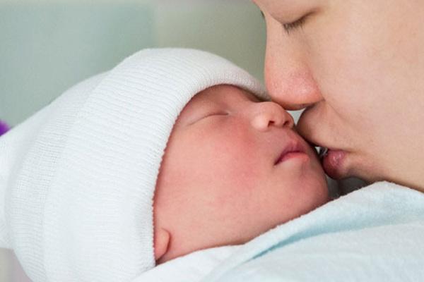 Trẻ nhỏ bị viêm hô hấp do virus RSV: Đừng 'thơm' vào mặt trẻ - Ảnh 1.