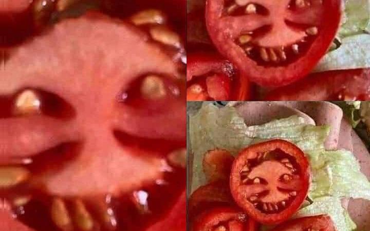 """Chưa đến Halloween mà cô gái đã có một phen đứng tim với quả cà chua """"mặt quỷ"""" khi đang mải mê vào bếp nấu ăn"""