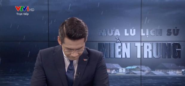 Nam MC VTV nghẹn ngào không thốt nên lời khi dẫn chương trình Thời sự trực tiếp về mưa lũ miền Trung - Ảnh 2.