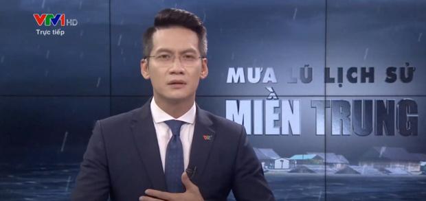 Nam MC VTV nghẹn ngào không thốt nên lời khi dẫn chương trình Thời sự trực tiếp về mưa lũ miền Trung - Ảnh 1.
