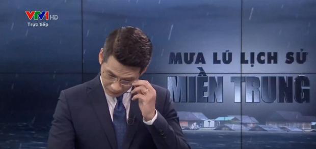Nam MC VTV nghẹn ngào không thốt nên lời khi dẫn chương trình Thời sự trực tiếp về mưa lũ miền Trung - Ảnh 3.