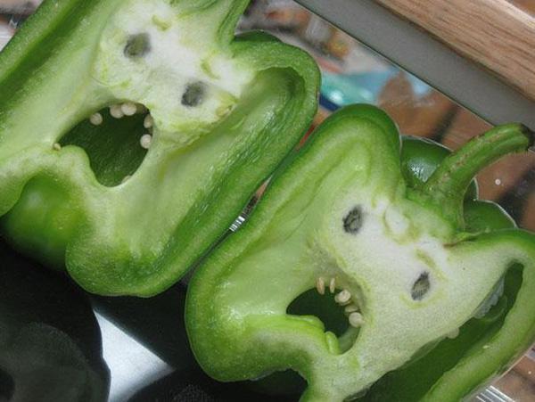 """Chưa đến Halloween mà cô gái đã có một phen đứng tim với quả cà chua """"mặt quỷ"""" khi đang mải mê vào bếp nấu ăn - Ảnh 2."""