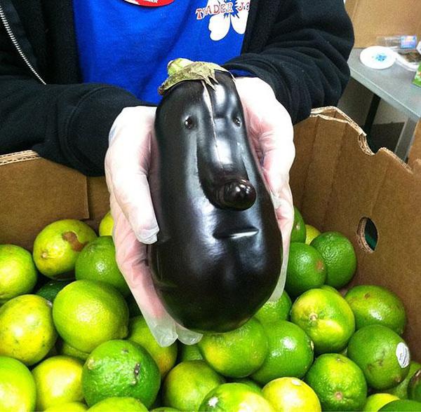 """Chưa đến Halloween mà cô gái đã có một phen đứng tim với quả cà chua """"mặt quỷ"""" khi đang mải mê vào bếp nấu ăn - Ảnh 5."""