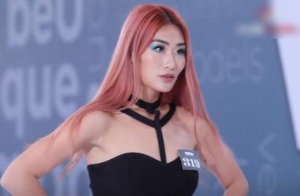 """Vietnam's Next Top Model: Lộ diện hotgirl """"mắt biếc"""" nhưng đi catwalk như bà già khiến Nam Trung điên người chê bai """"ghê quá"""" - Ảnh 2."""