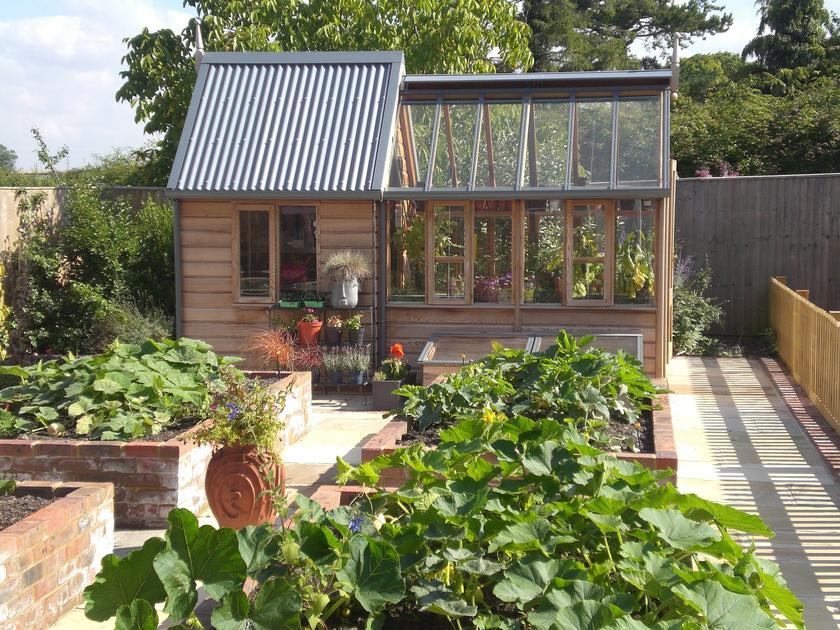 Ý tưởng dựng nhà kính trồng rau trong vườn, vừa có rau ăn vừa trang trí vườn đẹp như cổ tích - Ảnh 18.
