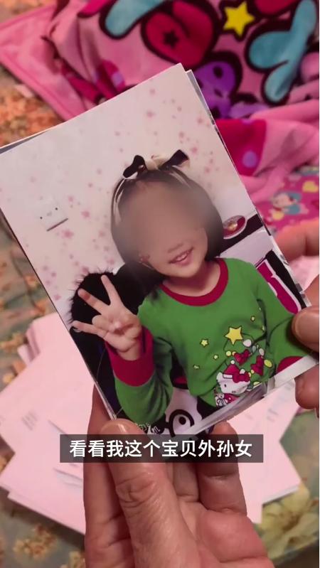 """Bé gái 6 tuổi """"thân tàn ma dại"""" vì bị mẹ ruột và gã nhân tình bạo hành dã man suốt 3 tháng, bị phanh phui vẫn đe dọa người thân - Ảnh 1."""