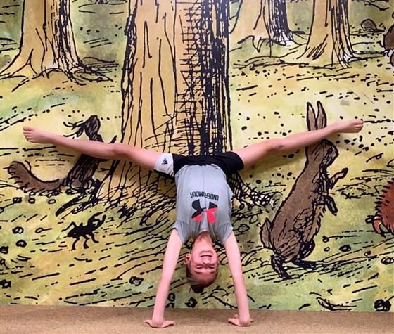 Nhảy và nhào lộn trên tấm bạt lò xò, bé gái 13 tuổi đã bị liệt nửa thân dưới do đột quỵ - Ảnh 1.