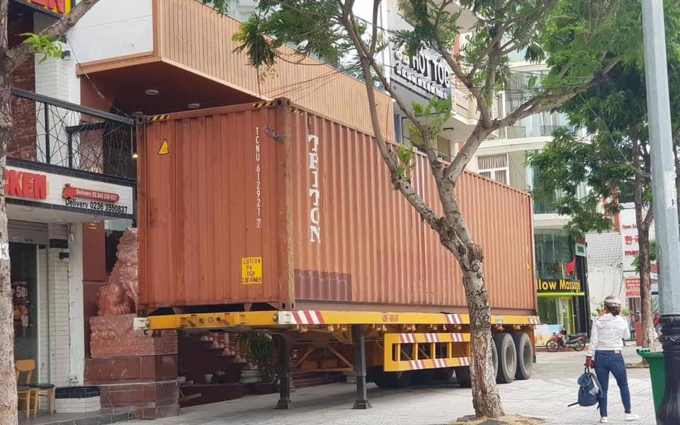 Người dân Đà Nẵng dùng biện pháp lạ mà lại khá hữu hiệu khi mang xe container án ngữ trước nhà để chống chọi với cơn bão số 9