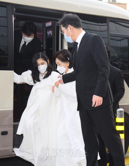 Lễ tang đưa tiễn chủ tịch Samsung về nơi an nghỉ cuối cùng: Gia quyến thất thần, chồng cũ cựu Á hậu Hàn Quốc cũng có mặt - Ảnh 8.