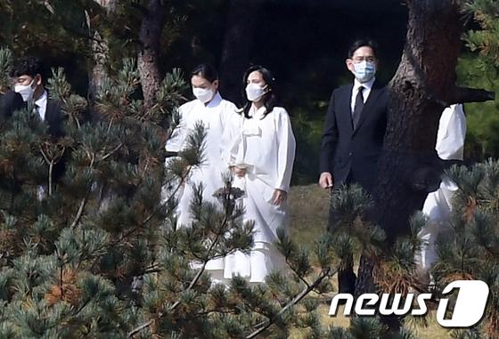 Lễ tang đưa tiễn chủ tịch Samsung về nơi an nghỉ cuối cùng: Gia quyến thất thần, chồng cũ cựu Á hậu Hàn Quốc cũng có mặt - Ảnh 12.