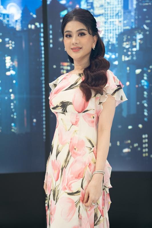 Lâm Khánh Chi đỏ mặt xấu hổ vì lỡ nói tên thật trên sóng truyền hình - Ảnh 1.