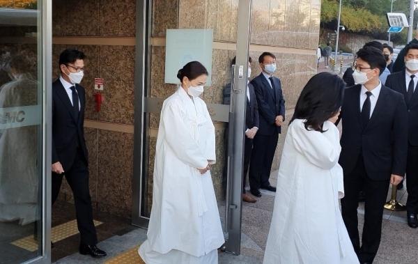 Lễ tang đưa tiễn chủ tịch Samsung về nơi an nghỉ cuối cùng: Gia quyến thất thần, chồng cũ cựu Á hậu Hàn Quốc cũng có mặt - Ảnh 5.