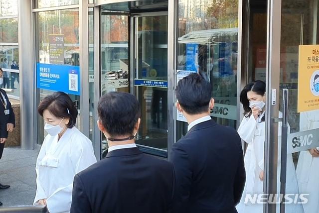 Lễ tang đưa tiễn chủ tịch Samsung về nơi an nghỉ cuối cùng: Gia quyến thất thần, chồng cũ cựu Á hậu Hàn Quốc cũng có mặt - Ảnh 4.