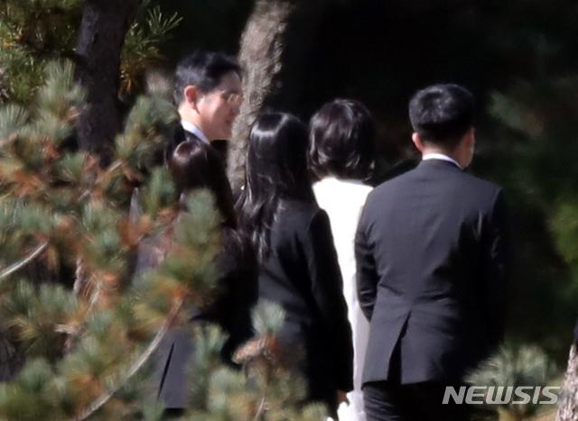Lễ tang đưa tiễn chủ tịch Samsung về nơi an nghỉ cuối cùng: Gia quyến thất thần, chồng cũ cựu Á hậu Hàn Quốc cũng có mặt - Ảnh 13.